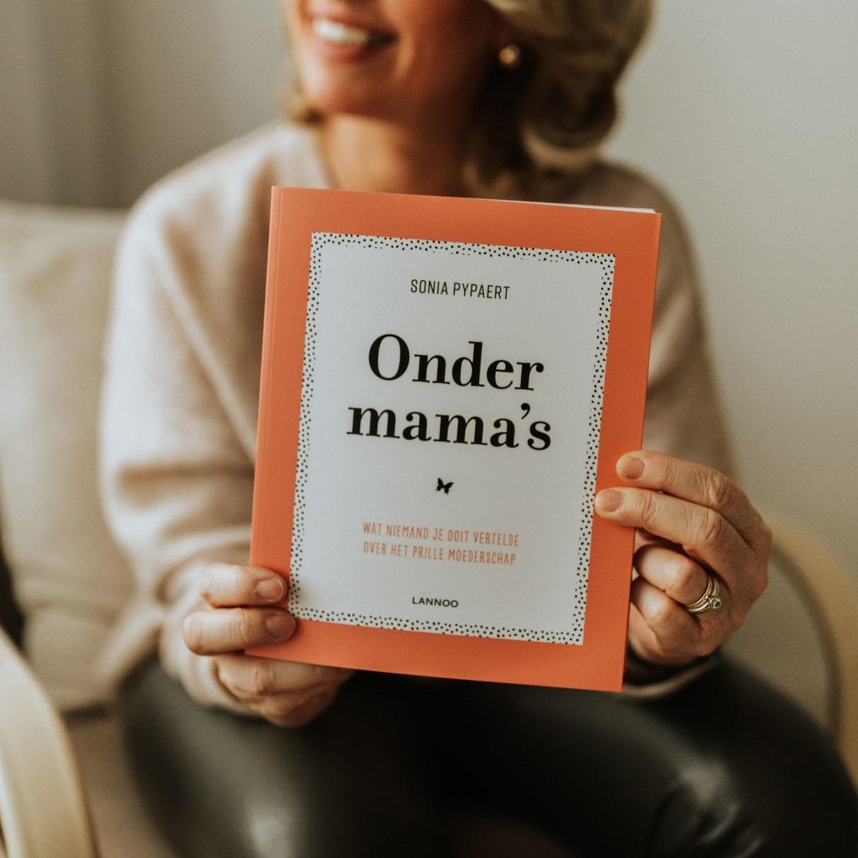 Onder mama's zwangerschapsboek