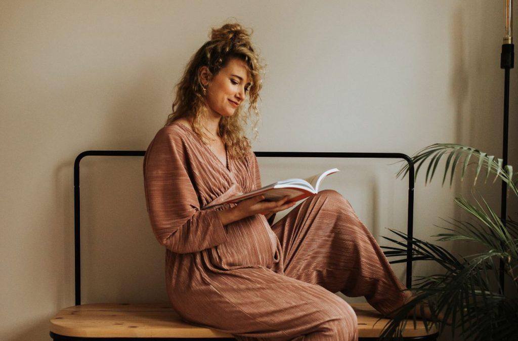 Onder mama's zwangerschapsboek prille mama papa geboorte