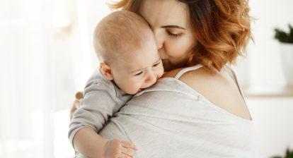 huilen baby onder mama's